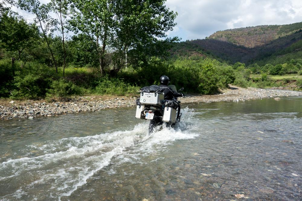 Cruzando un río en Albania