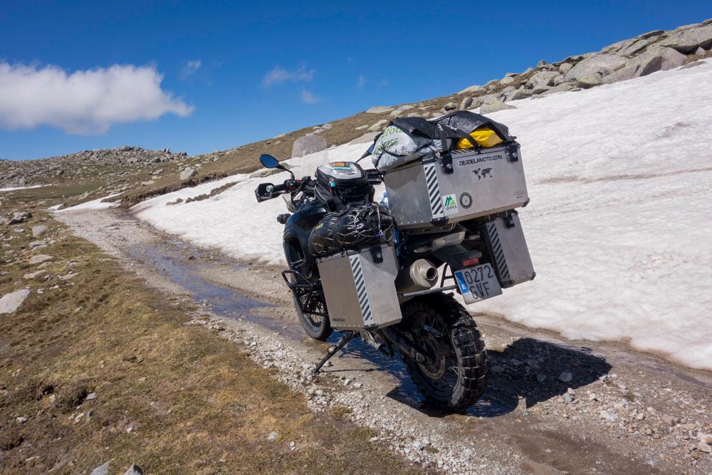 La moto junto a la nieve del camino