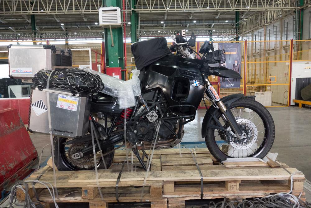 Enviar la moto de Irán a la India en avión. Parte 1