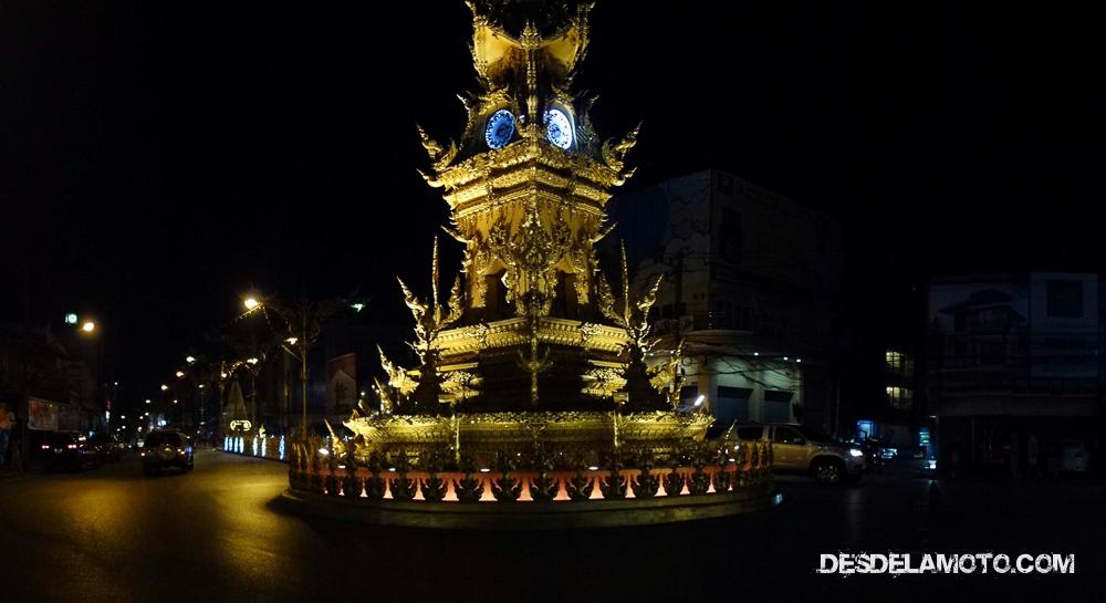 Reloj dorado en Chiang Rai.