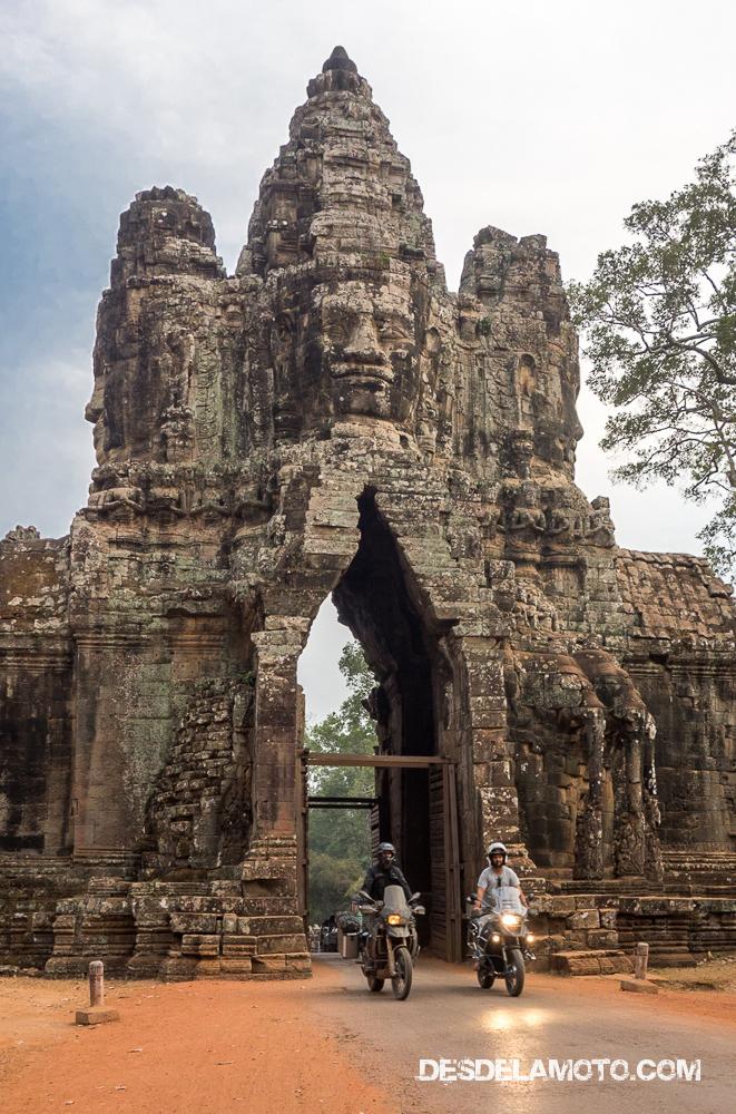 Por los templos de Angkor en moto.