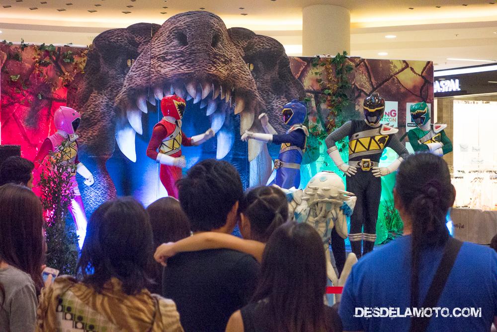 Andando por el centro comercial nos pilló un espectáculo de los Power Rangers, fue muy divertido :P