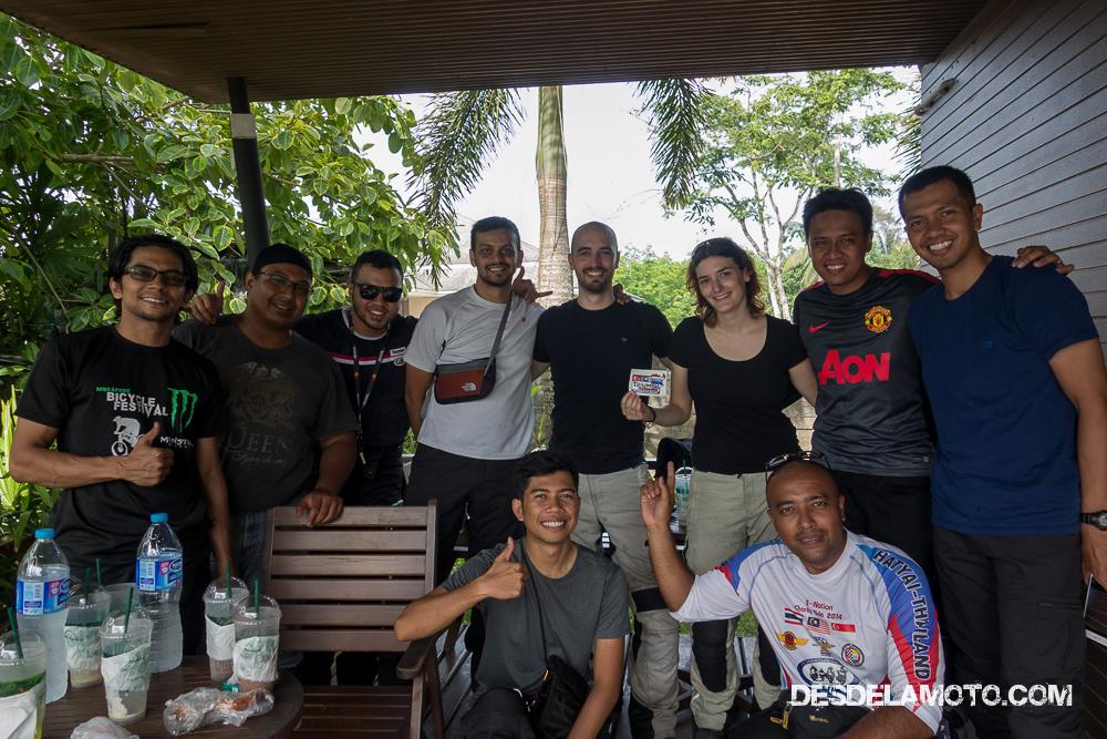 Foto en grupo con viajeros de Singapur
