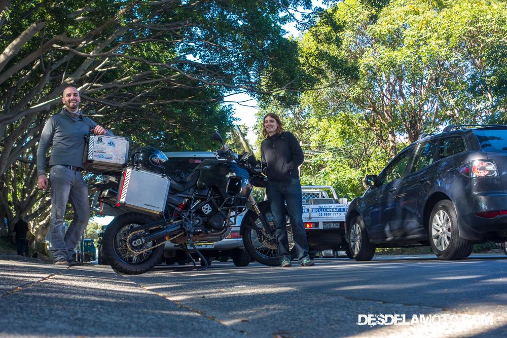 Los dos con la moto justo después de sacarla de la aduana