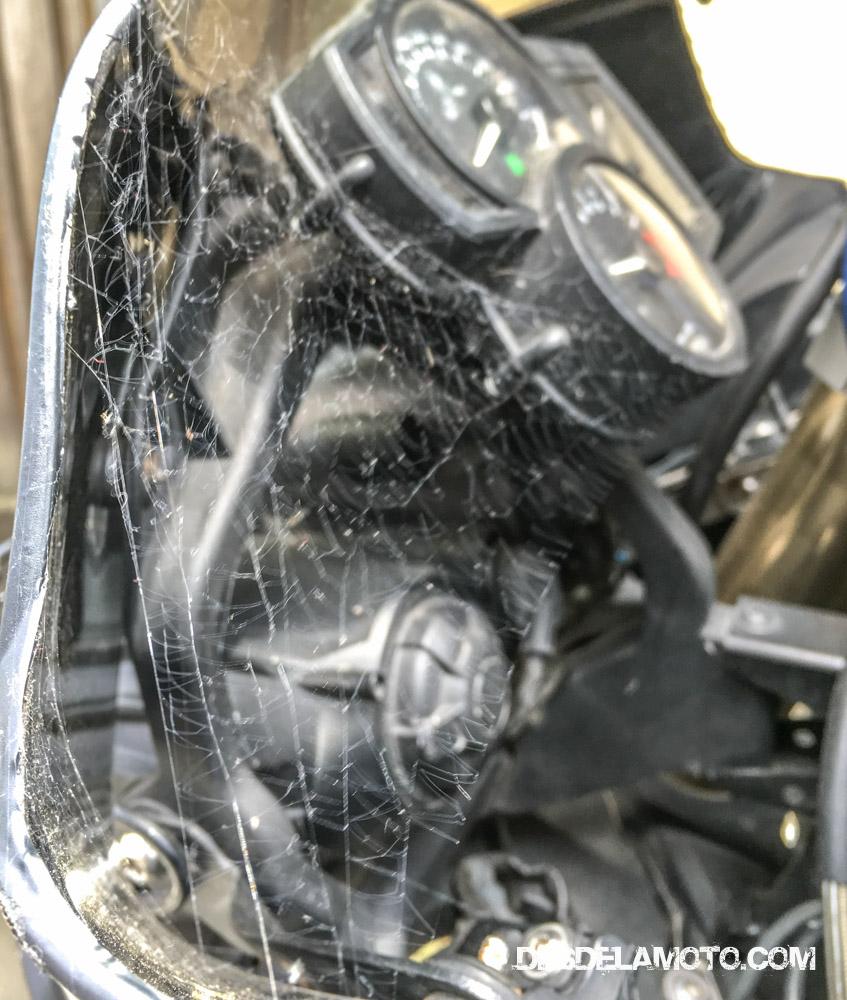 Aunque cubierta la moto no se ha librado de las telas de araña.