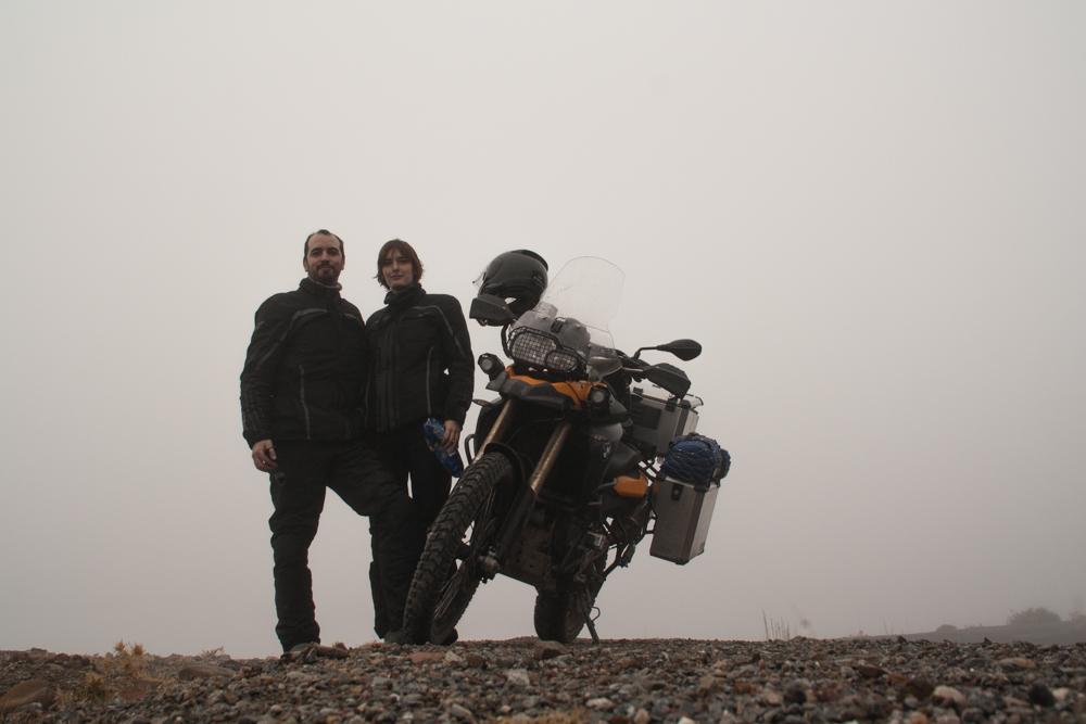 en la montaña con niebla